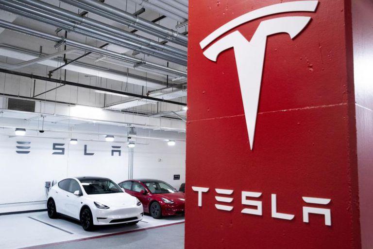 """Tesla gây sốc khi thay đổi chức danh CFO thành """"Master of Coin"""""""